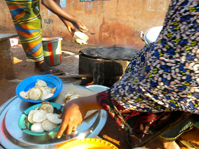 Mali Bamako street food breakfast ngoomi pancake Africa