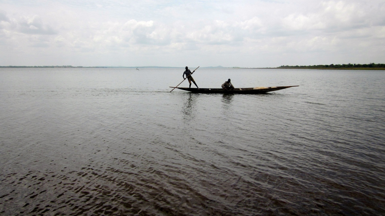 Mali Niger river fleuve traditional boat fishermen