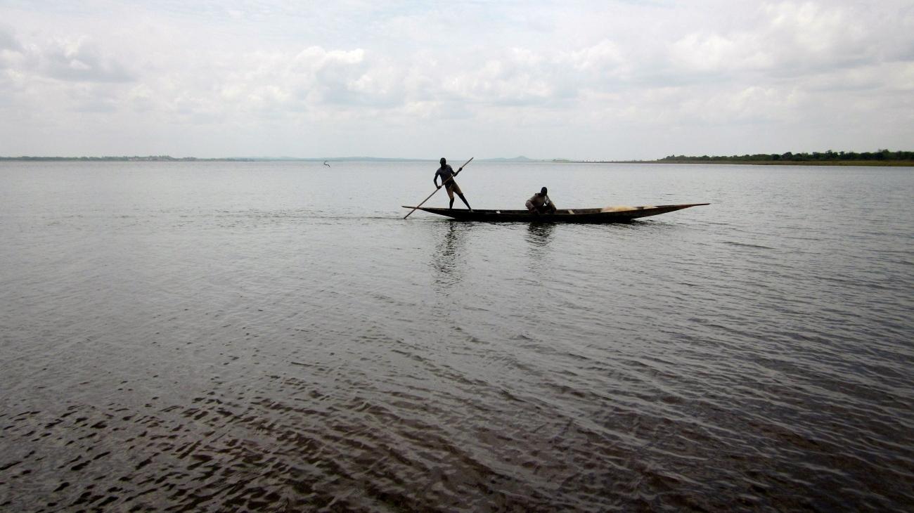 Mali Niger river fleuve traditional boat fishermen