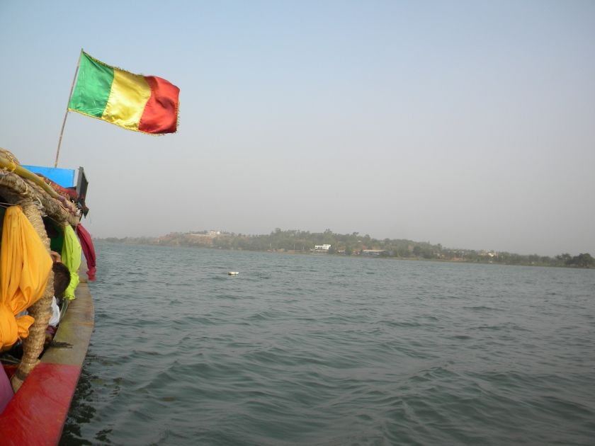Mali Bamako Niger fleuve river flag boat traditional tour