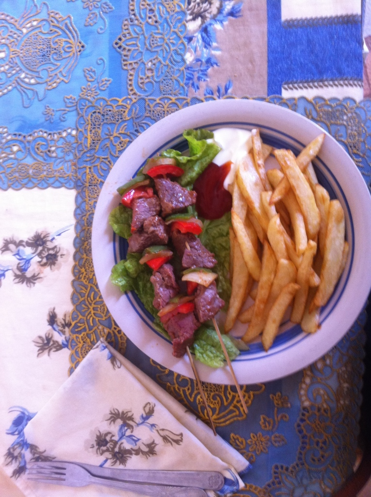 brochette kebab Mali local frites fries lunch plate Mopti Sevare