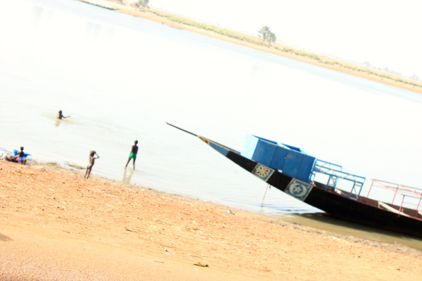 Mali Mopti boat coast river fleuve kids bathe play