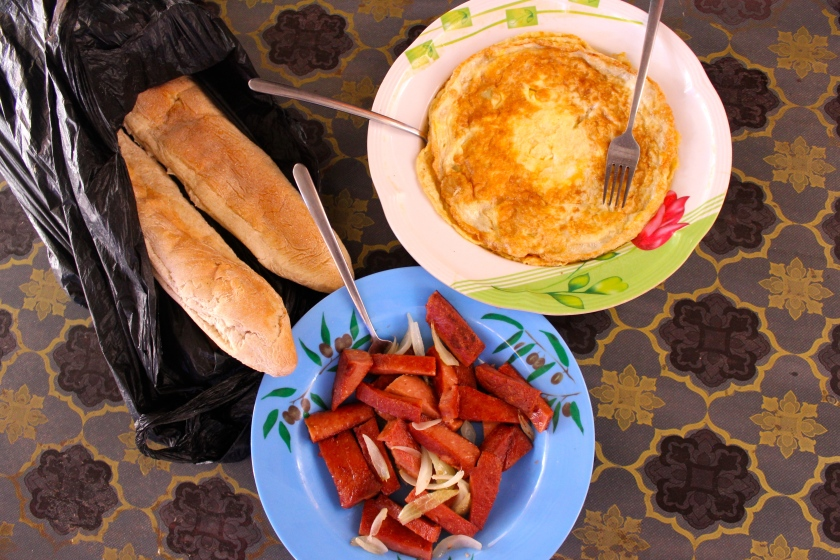Mali Mopti lunch omelette sausage corned beef baguette